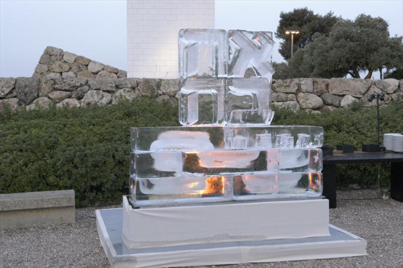 אהבה במוזיאון, קרח