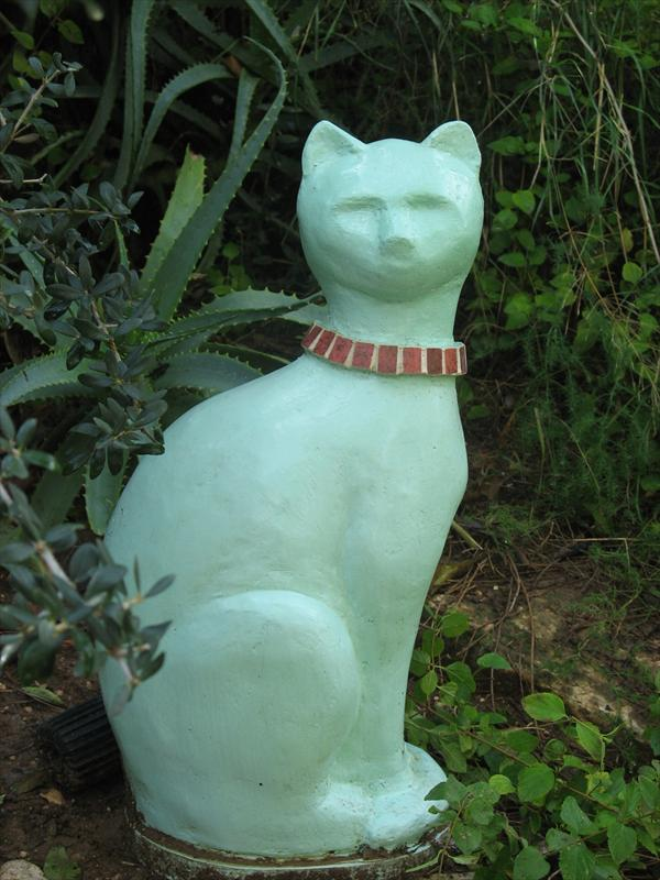 חתול ירוק מבטון, עם קולר מאבני פסיפס