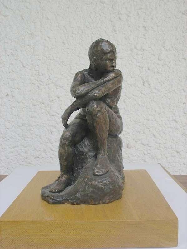 אשה יושבת, ברונזה