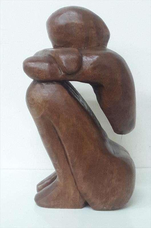 אשה יושבת, עץ ספלי, אבי