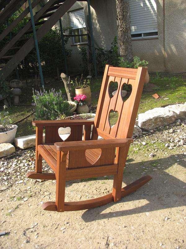 כסא הנקה מתנדנד, מעץ ספלי, עבודתה של גילה