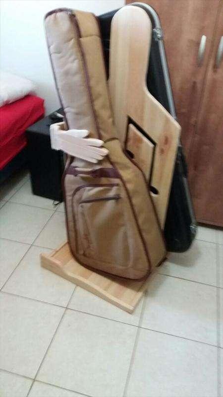 מתקן לגיטרות, עץ אורן, קרול