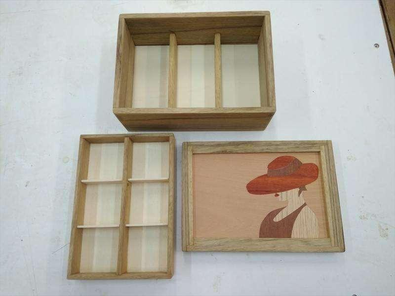 קופסת תכשיטים מעץ אגוז אפריקאי, עם שיבוץ פורניר במכסה