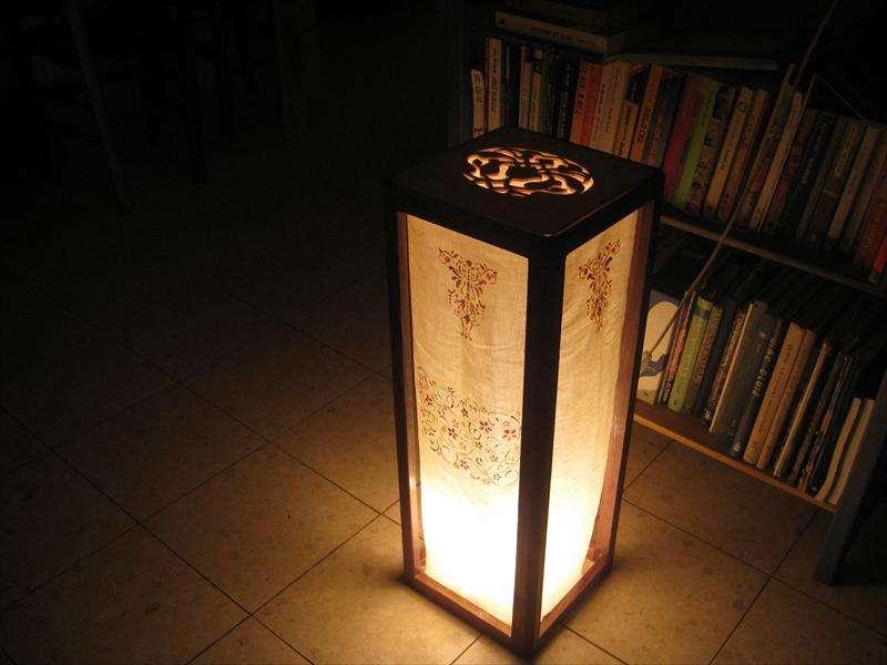 מנורה עומדת, אגוז אמריקאי ובד כותנה מצויר, מיכל